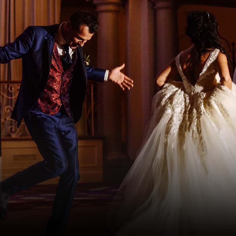 Pareja de novios bailando en una boda