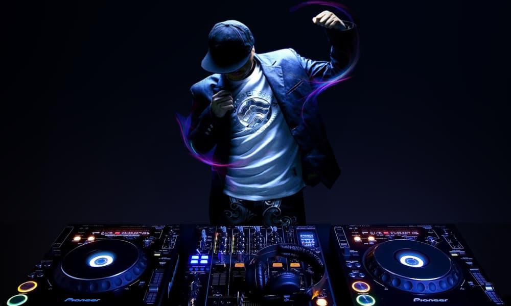 5 Tips for Hiring a Wedding DJ