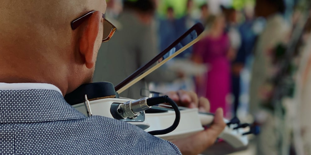 Violinista tocando en ceremonia de boda